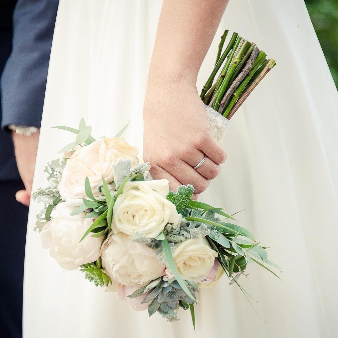 Peonías, rosas David Austin blancas y rosas y eucalipto en el blog. #bride…