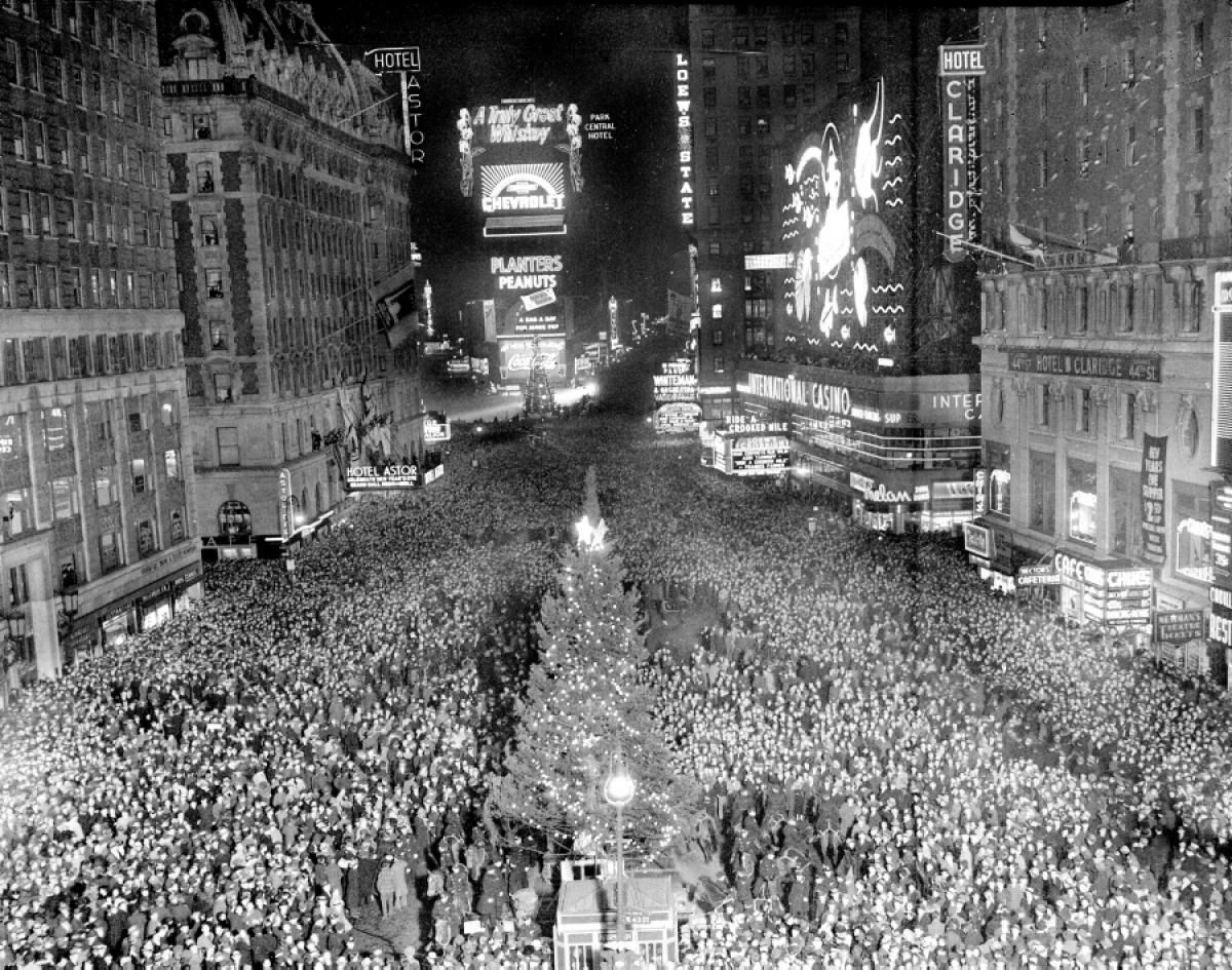 Times Square New Year S Eve 1937 New York New Years Eve New Year S Eve Celebrations Old Photos