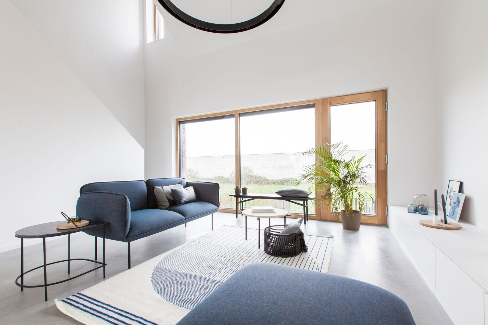 Het minimalistische interieur van dit huis in gentbrugge is te gek