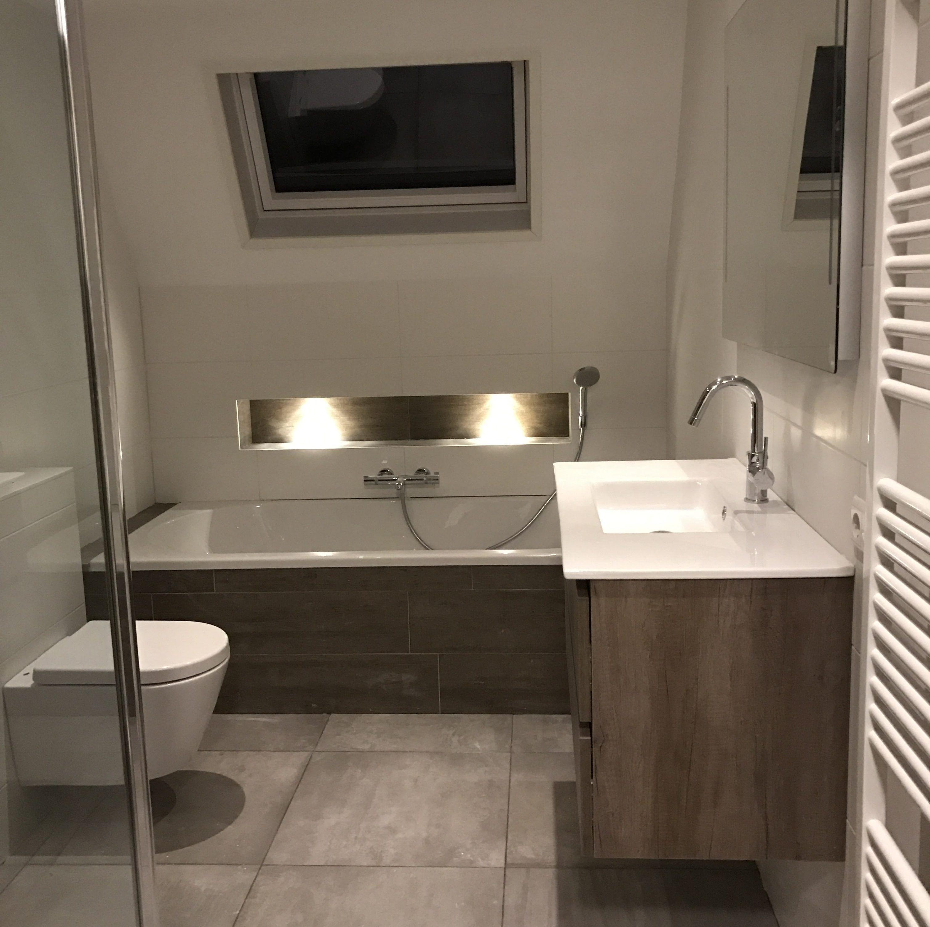 Badkamer inspiratie een nis boven het bad. Sfeervol en