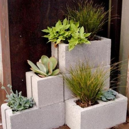 Unique flower pot or container ideas cement blocks ideas for Bloques decorativos para jardin