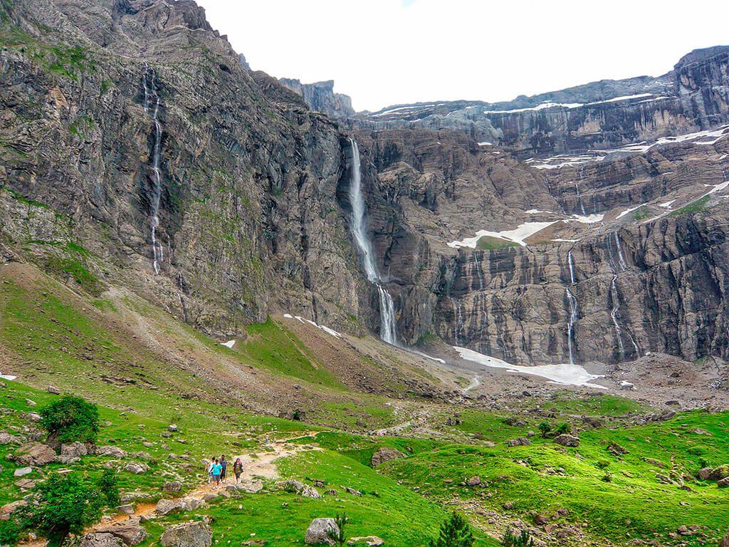 La Ruta Al Circo De Gavarnie En El Pirineo Francés Es Una De Las Rutas Más Fáciles Para Hacer En Los Pirineos Es Una Ruta A Paisajes España Turismo Cascadas