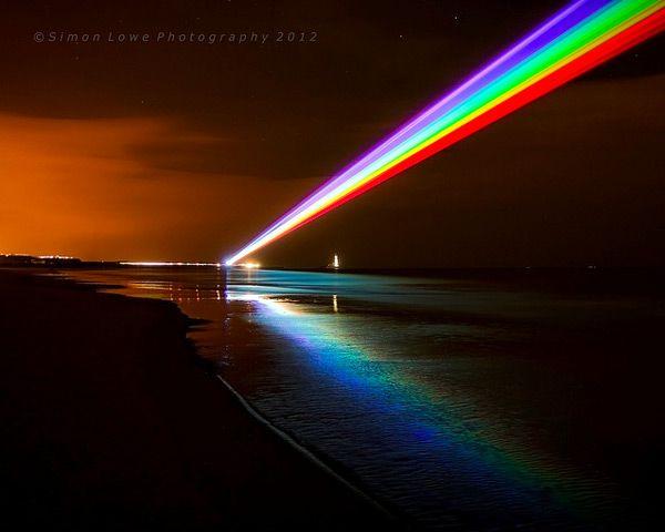 arcoiris con cañones de luz