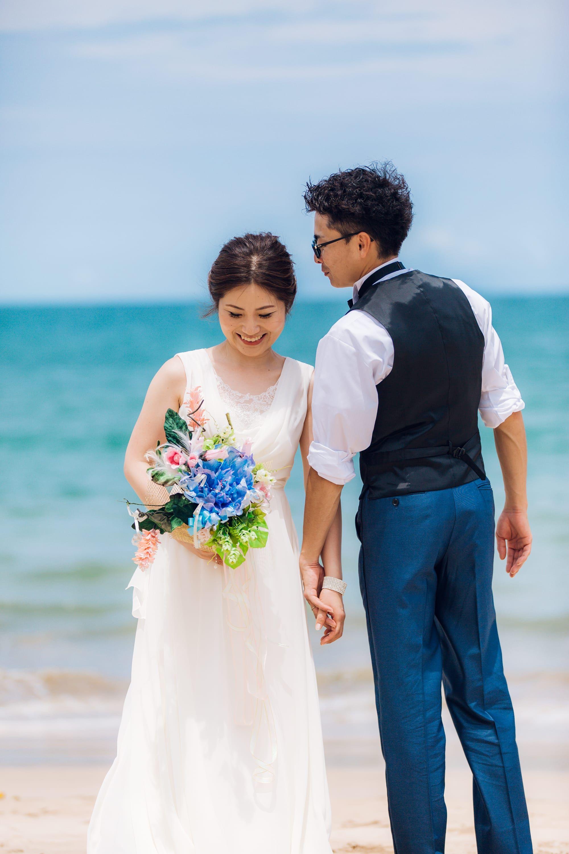 コッソリ耳打ち 2人だけのお話 思わず笑顔溢れるご新婦様 Stevennakamura Photographer Bali バリ島 ウェディングフォト 新婦 挙式