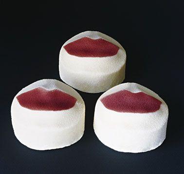 ラデュレ・ベゼ(キス)       ココナッツ風味のしっとりしたスポンジ、エキゾチックフルーツのコンポート、バニラ風味のムースクリーム。