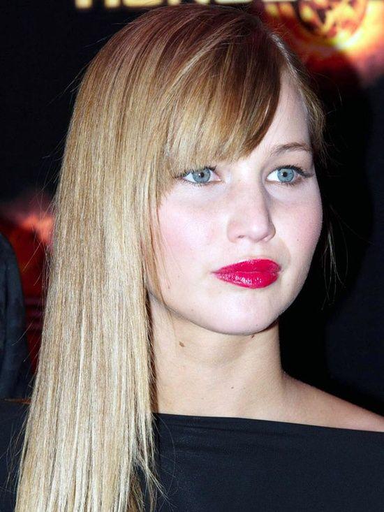 Jennifer Lawrence's soft cat eye liner   bright lips