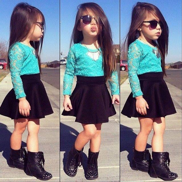 b65469f00 Blusa azul, falda negra, botas negras y lentes. | Estilo de niños ...