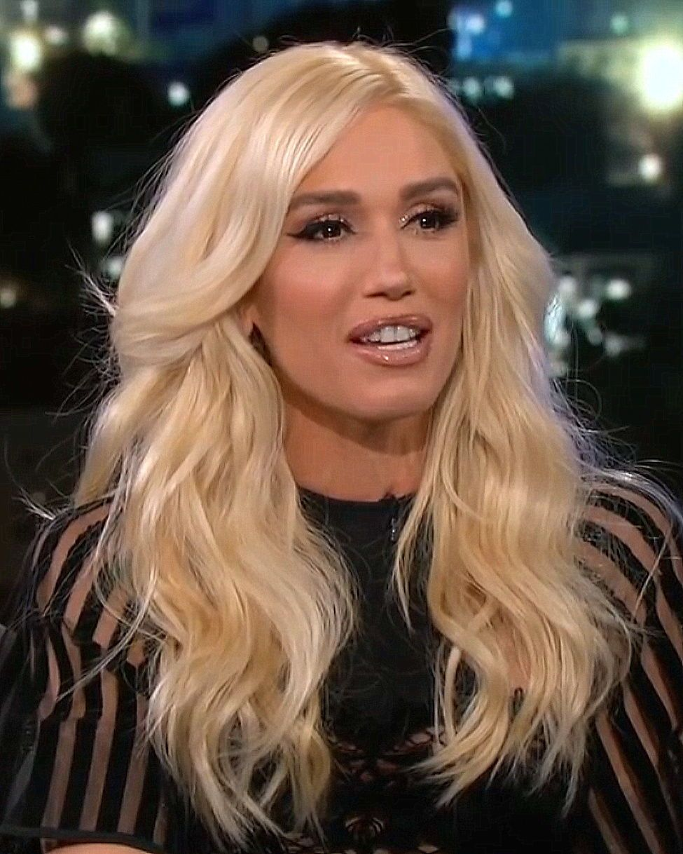 Gwen Stefani With Soft Curls Hair Style And Platinum Blonde Hair Color Platinumblonde Hairc Gwen Stefani Hair Platinum Blonde Hair Color Platinum Blonde Hair