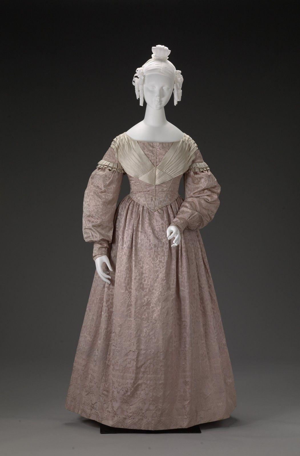 1837, laut Quelle vermutlich Hochzeitskleid, aus Seide, Futter aus ...