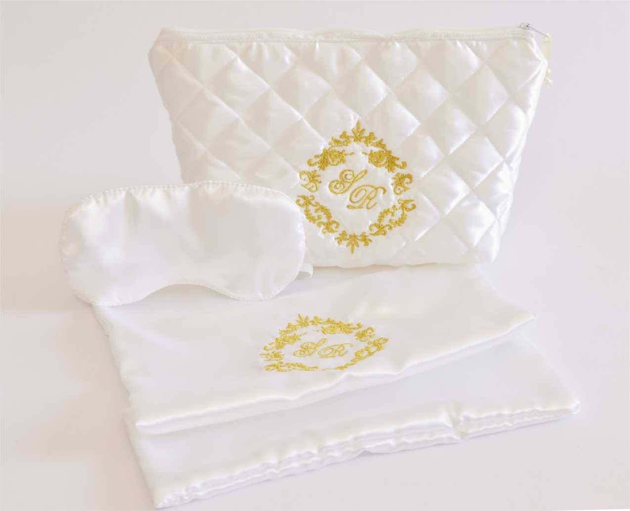 572a0152f Kit para madrinhas com necessaire, máscara de olhos e saquinho para  sandália branco com bordado em dourado e com monograma do casamento.