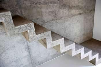 una scala interna in cemento armato a vista gi trattata