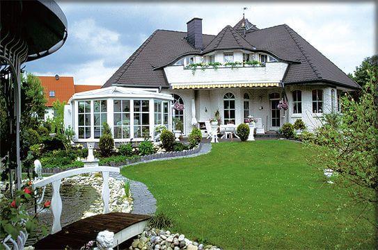 Landhausstil haus  Ein Winkel-Haus als Walmdach-Haus in bayerischen Landhaus-Stil mit ...