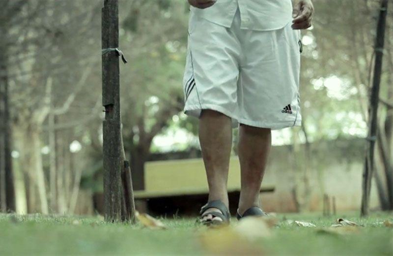 A música está ajudando pessoas com Parkinson, que tinham dificuldade para caminhar. Elas estão conseguindo andar novamente!