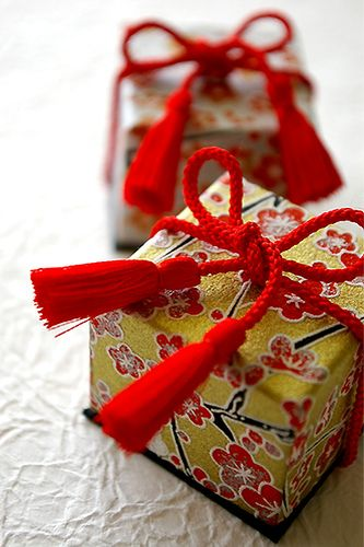 Japanese Gift Wrapping with red cording #giftwrapping #japanese #emballagecadeau