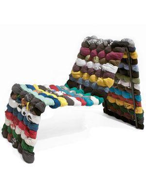 T-Shirt Chair Rag edition stoel. Ik vind deze stoel interesant omdat ik het leuk vind dat er shirts zijn gebruikt om de stoel te maken. Ik weet niet of het lekker zal zitten maar hij ziet er wel leuk uit.