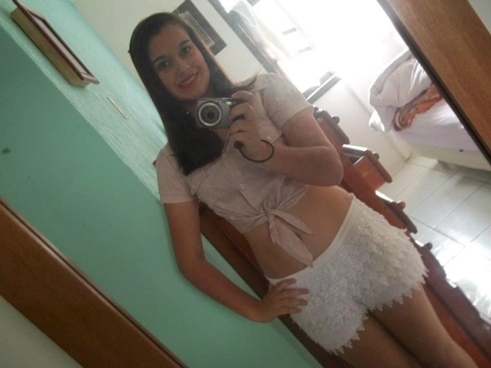 camisetinha curta, pras meninas que gostam, e um shorts branco, muito lindo!