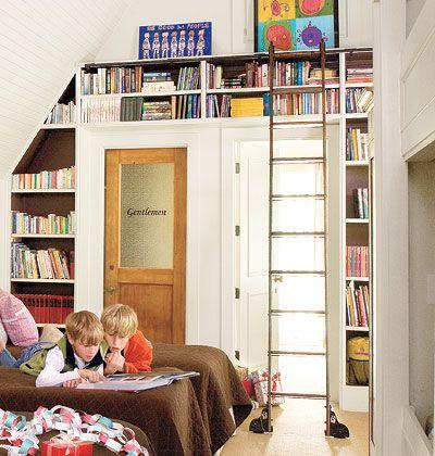 Geen ruimte voor een (boeken)kast? Natuurlijk wel! Naast en boven de deur is altijd wel een plekje te vinden.