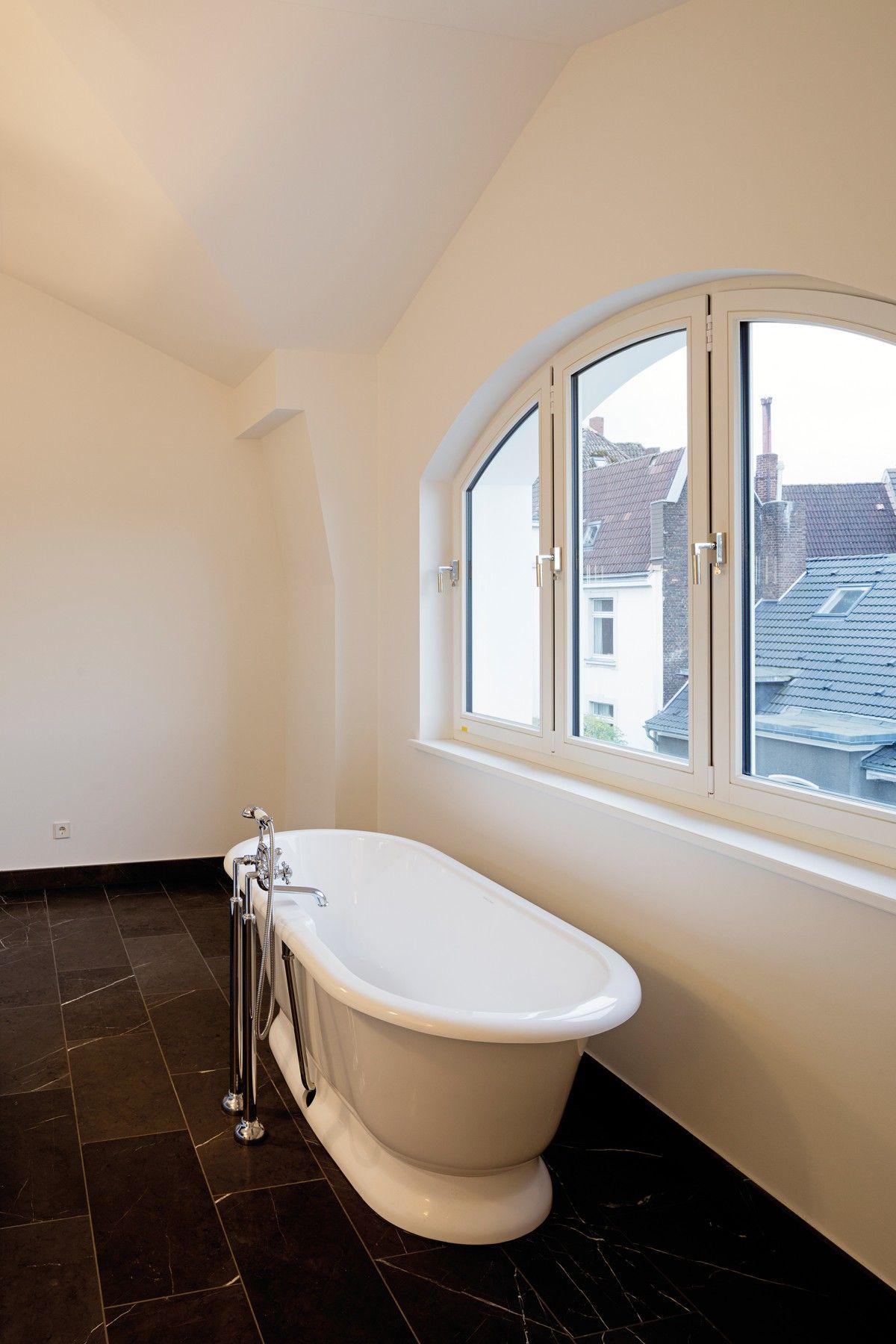 freistehende badewanne vor dem fenster carmenstra e ralf schmitz immobilien badezimmer ralf. Black Bedroom Furniture Sets. Home Design Ideas