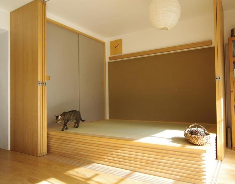 リビングに設けた小上がり 畳の下は大容量の収納に 京都の聚楽土を