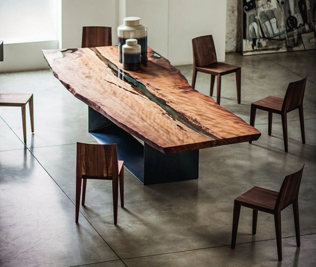 Lampada da tavolo con paralume realizzato in legno
