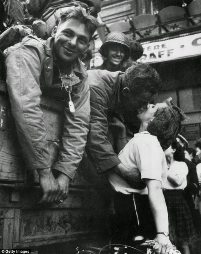 These 20 Romantic Vintage Photos Of Military Kisses From The 1940s