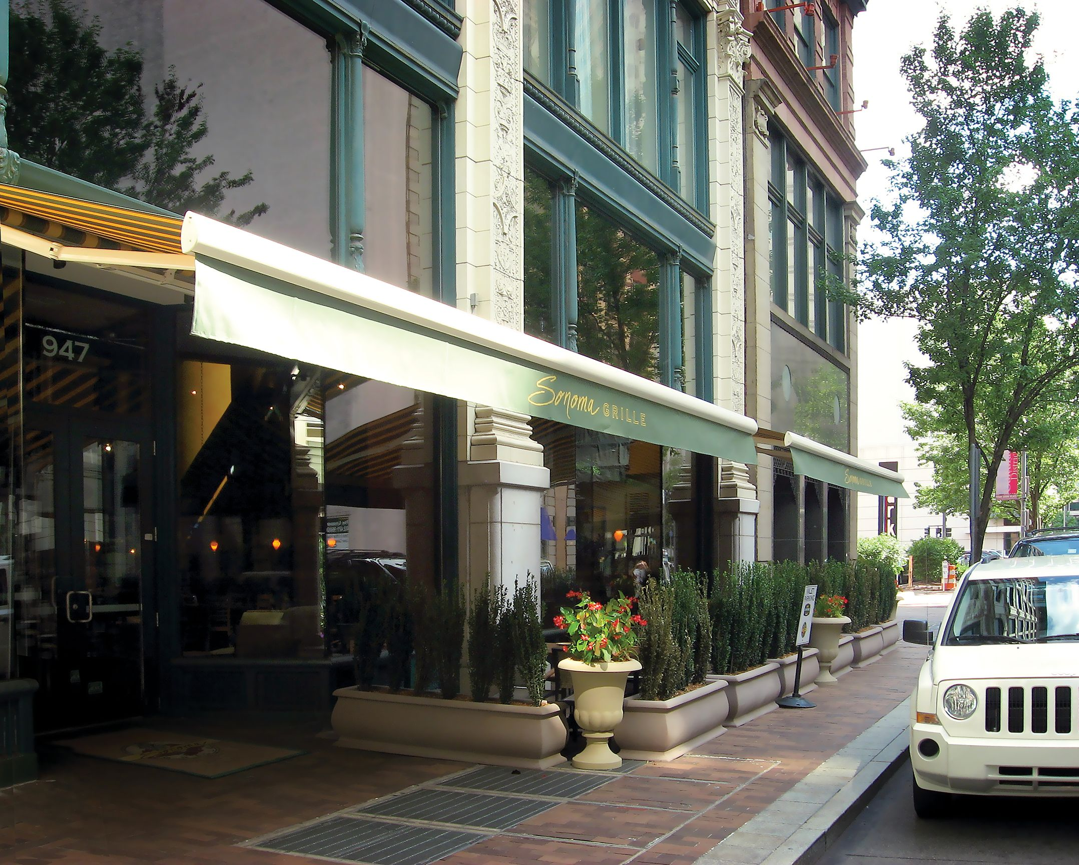 This Upscale Pittsburgh Restaurant Chose NuImage Prou0027s Commercial Grade  Series G250 Retractable Awning To Provide