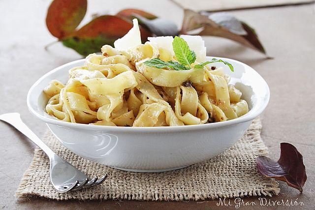Mi Gran Diversión: Fetuccini al pesto rojo de nueces y parmesano - Red Pesto Pasta with walnuts and parmesan