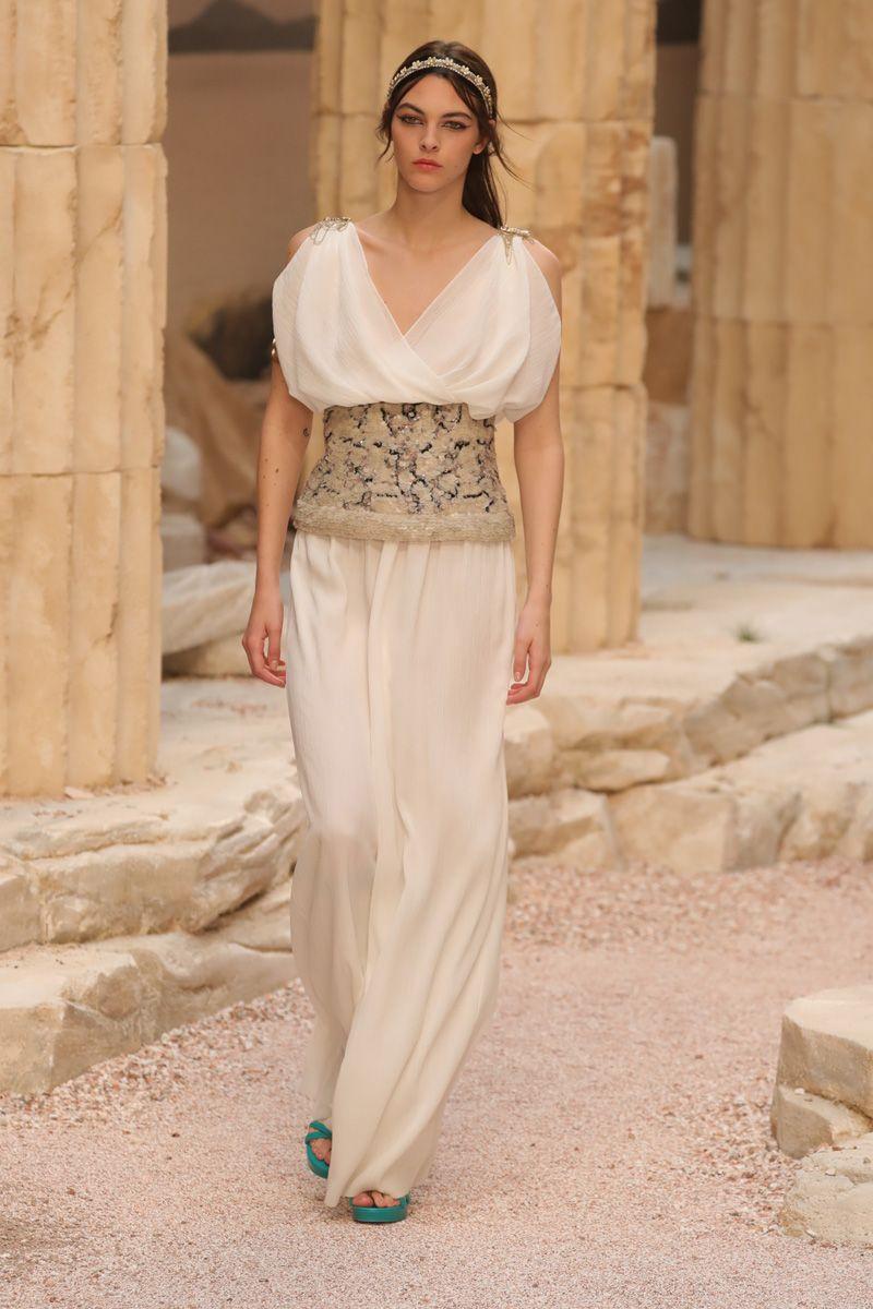 abe52bcb91ab3 Grécia antiga inspira coleção cruise 2018 da Chanel - Vogue ...