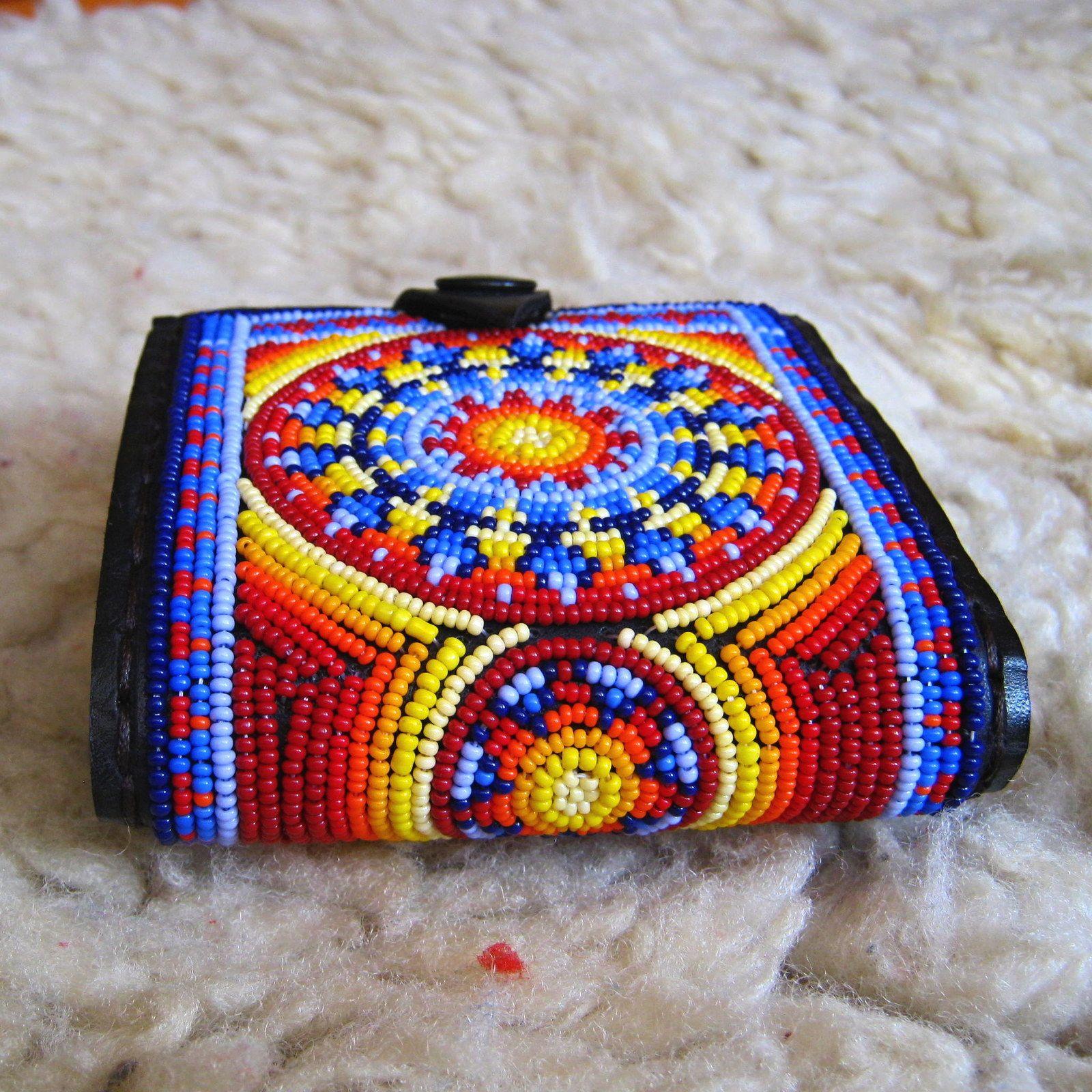 Kde se rodí hvězdy? Celovyšívaná zcela originální ručně šitá peněženka, rozměr 10x10cm. Korálky jsou přišívány přímo do kůže velmi pevnou obuvnickou nití a vydrží i dětské zoubky:) Cela peněženka je koženná. Vše je šité kvalitní obuvnickou nití. Vevnitř je jedna přihrádka na papírové peníze, jedna kapsa na drobné se zapínáním na magnetky a dvě ...