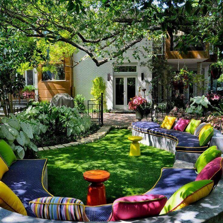 idea para poner bancas en el patio con cojines de colores jardin - jardines con bancas