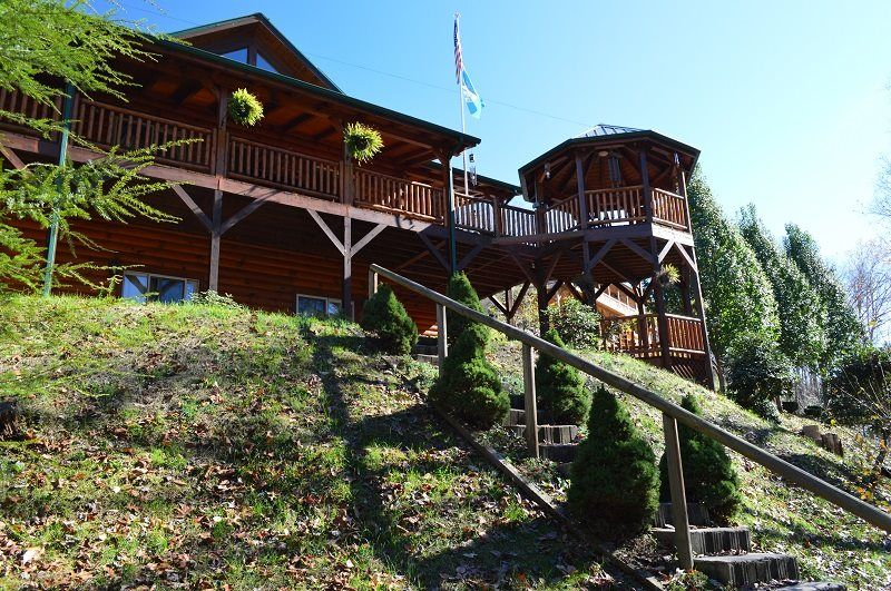 Three Bedroom log cabin rental, Smoky Mountains, sleeps up