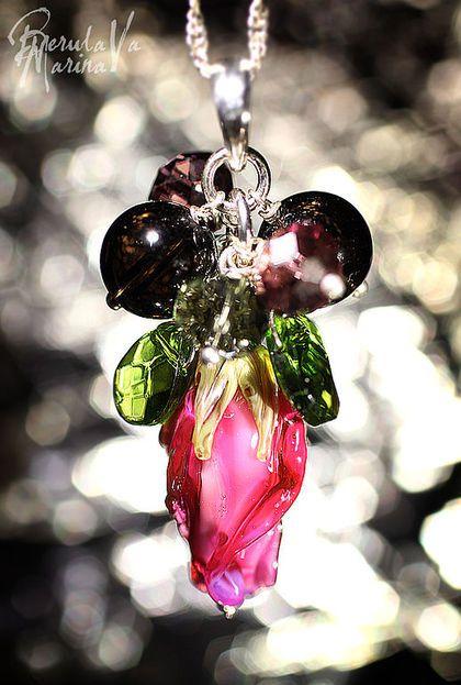 Подвеска `Розовый бутон` (продана). Изысканное сочетание цветов... насыщенный розовый бутончик, раухтопазы, зеленые 'листочки' хризолитов и неописуемых цветов цирконы... всё это в серебре 925 пробы. Бутончик выплавлен вручную, в открытом огне из муранского и золотосодержащего стекла.