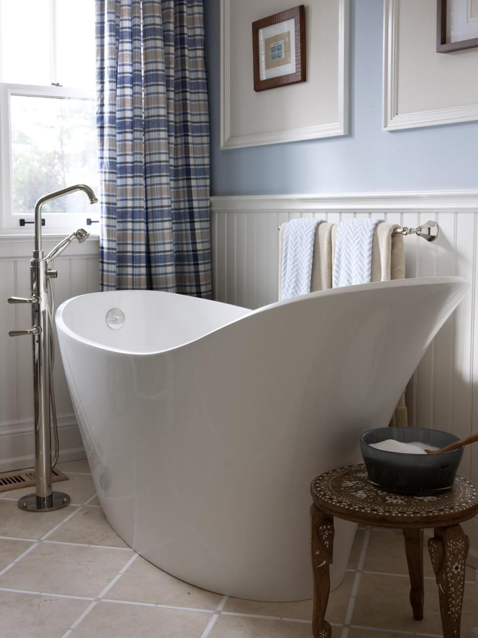 Genial A White Slipper Bathtub Adds A Contemporary Touch To This Modern Bathroom  Space. Light Blue Walls Ware Accented With White Wainscoting, While A Blue  And ...