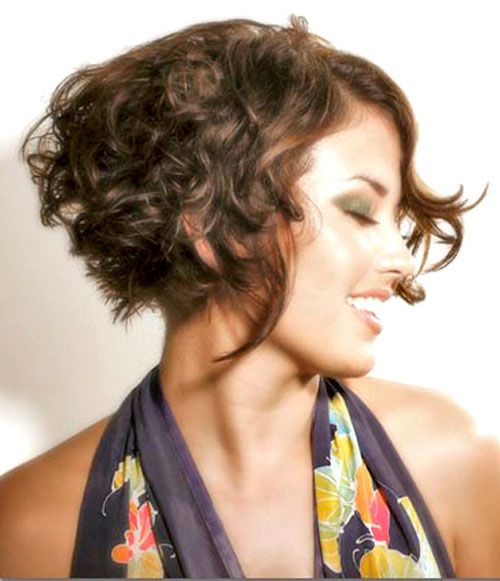 Short Curly Hairstyles Looks Gorgeous And Voluminous It Looks Better On People With Thin Hair Textur Short Wavy Hair Haircuts For Curly Hair Curly Hair Styles