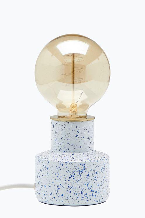 Pöytävalaisimen jalka metallia, jossa emalimainen look. Korkeus ilman lamppua 10 cm, lampun kanssa 19 cm. ø 9 cm. Lamppu mukana. Iso lampunkanta. <br><br>