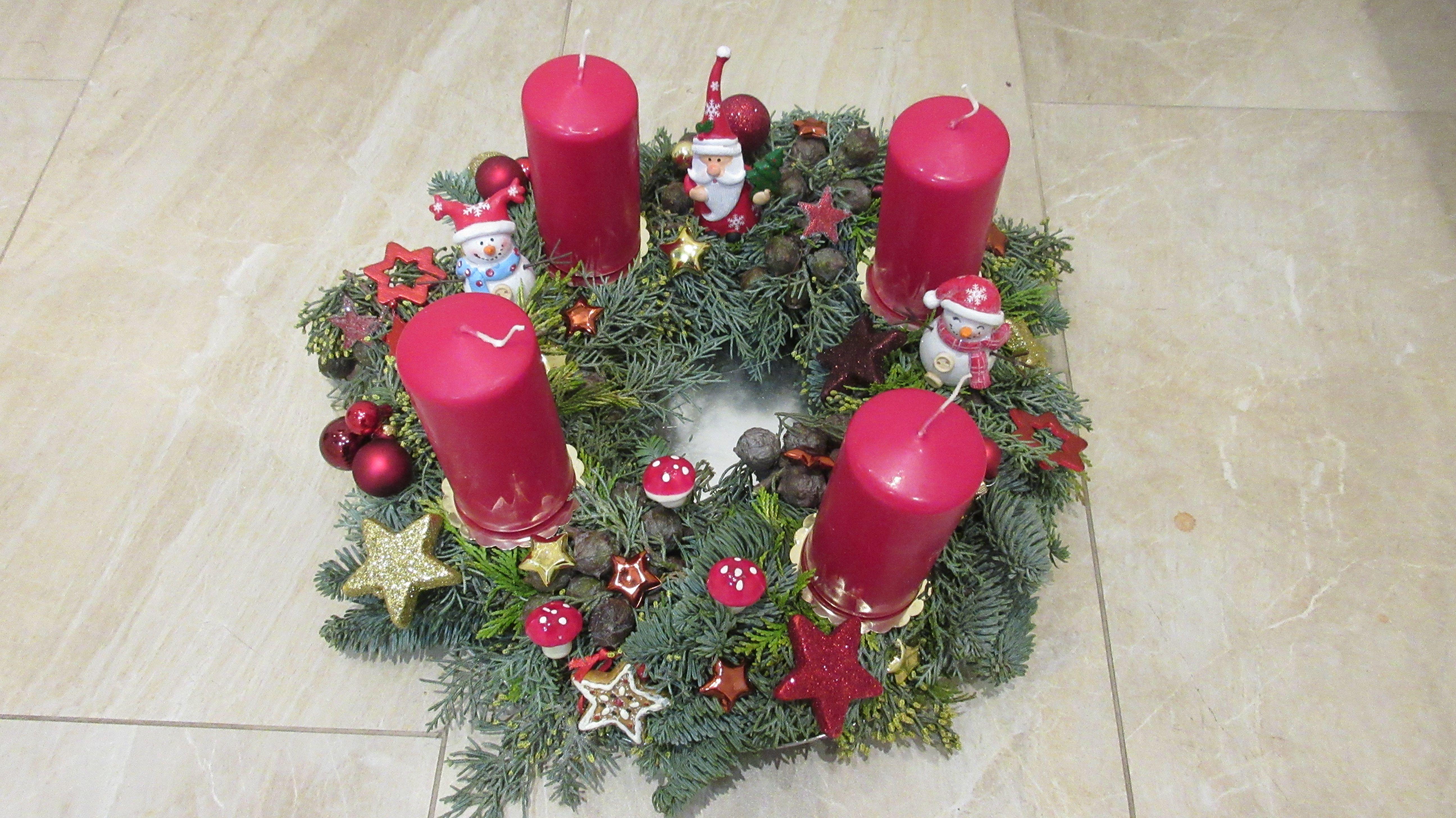 adventskranz weihnachtskranz rot gold sterne mit schneem nnern und weihnachtsmann x mas x mas. Black Bedroom Furniture Sets. Home Design Ideas