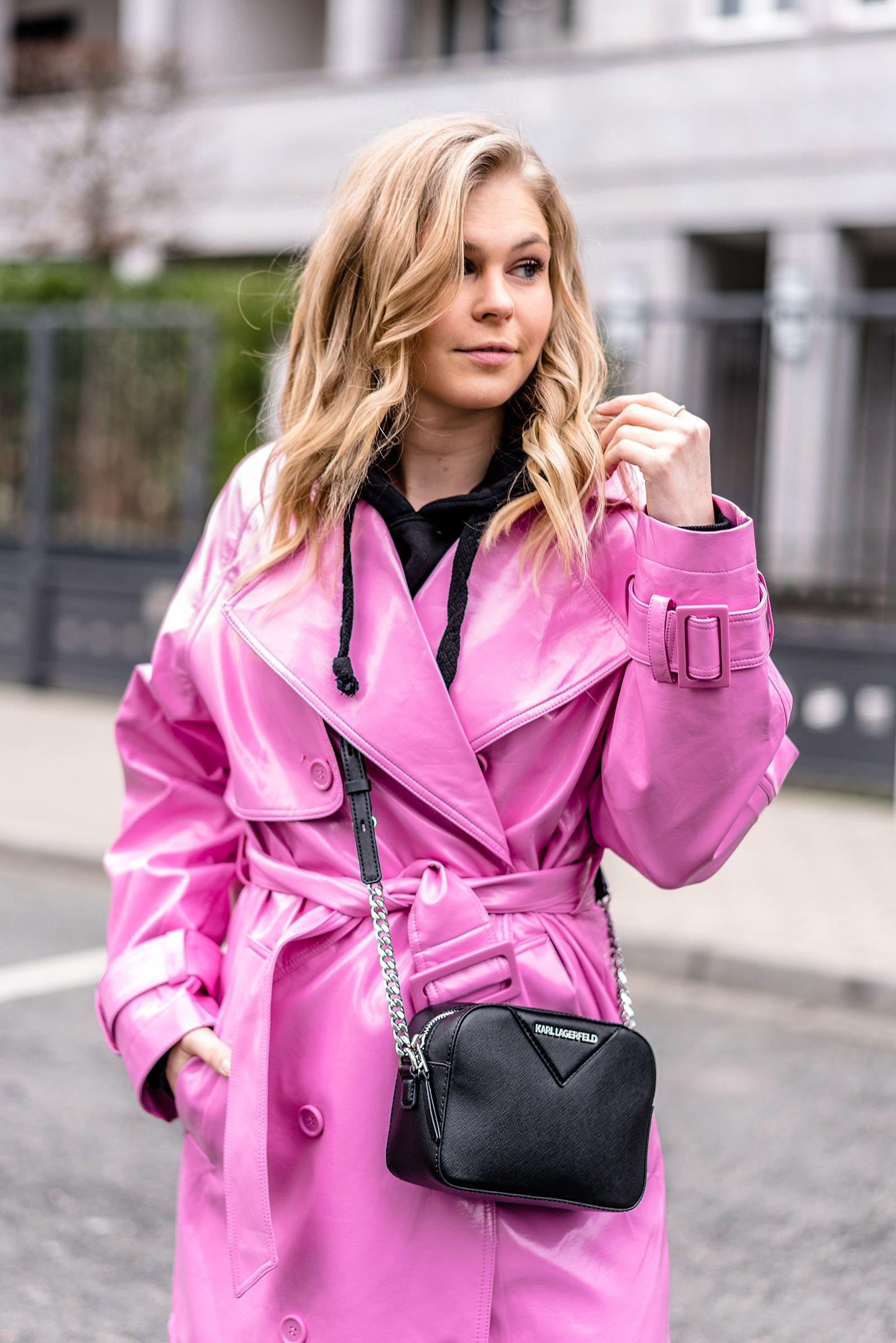 b1c41115507c93 Outfit  Vinyl Trenchcoat in Pink mit schwarzen Basics