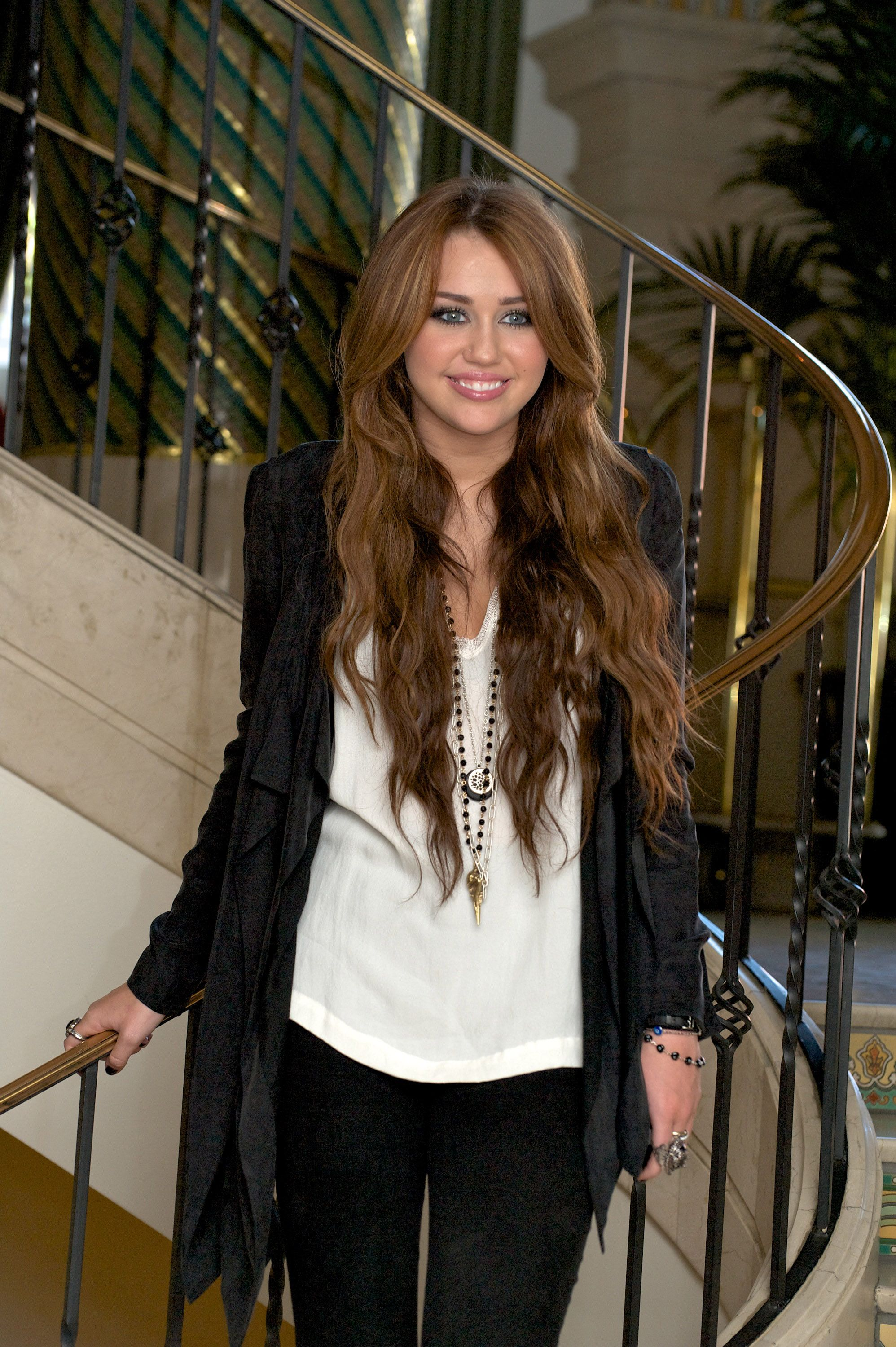 Miley Cyrus Photo 244262 Theplace2 Ru Miley Cyrus Long Hair Miley Cyrus Hair Miley Cyrus Brown Hair