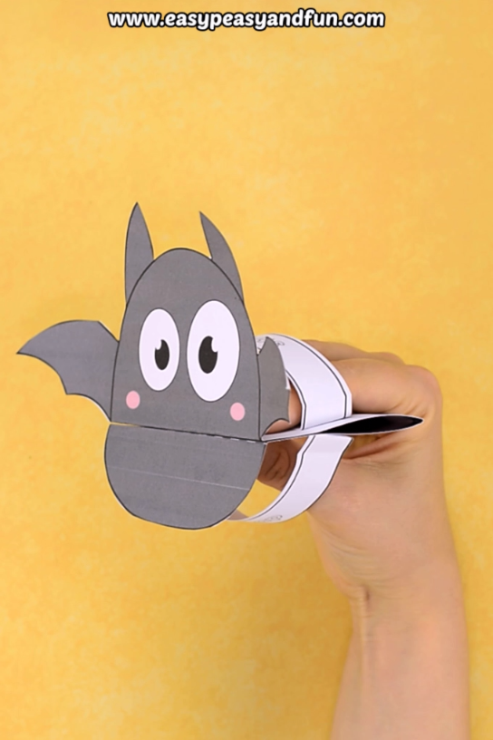 This printable bat puppet is such a cool Halloween craft for kids to make. Preschoolers and kids in kindergarten are crazy about these. Print out our template (color or black and white) and have the kids make their own puppets. One of the best and easiest Halloween craft ideas. #halloweencraftsfortoddlers