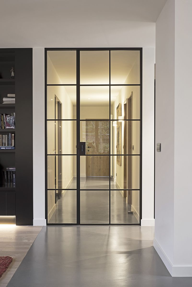 haute porte en m tal laqu e noir avec panneau adjacent fixe en verre portes en verre. Black Bedroom Furniture Sets. Home Design Ideas
