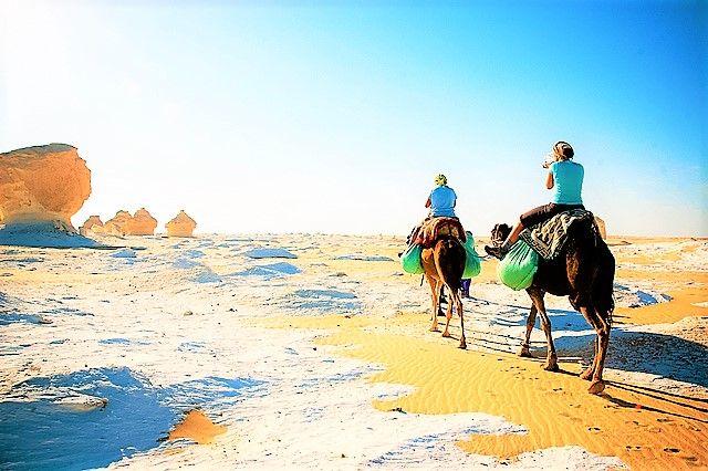Mange af stenformationerne ørkenen har fået beskrivende navne - skabt af den barske ørken vinde i mærkelige former, som konstant ændrer sig over tid. Der er 'bautasten' og 'champignon', 'isvafler', 'iselbergs (island bjerg), 'telte', 'græshopper', hesten, kaninen, hvalen, Sfinksen og Kyllingen.