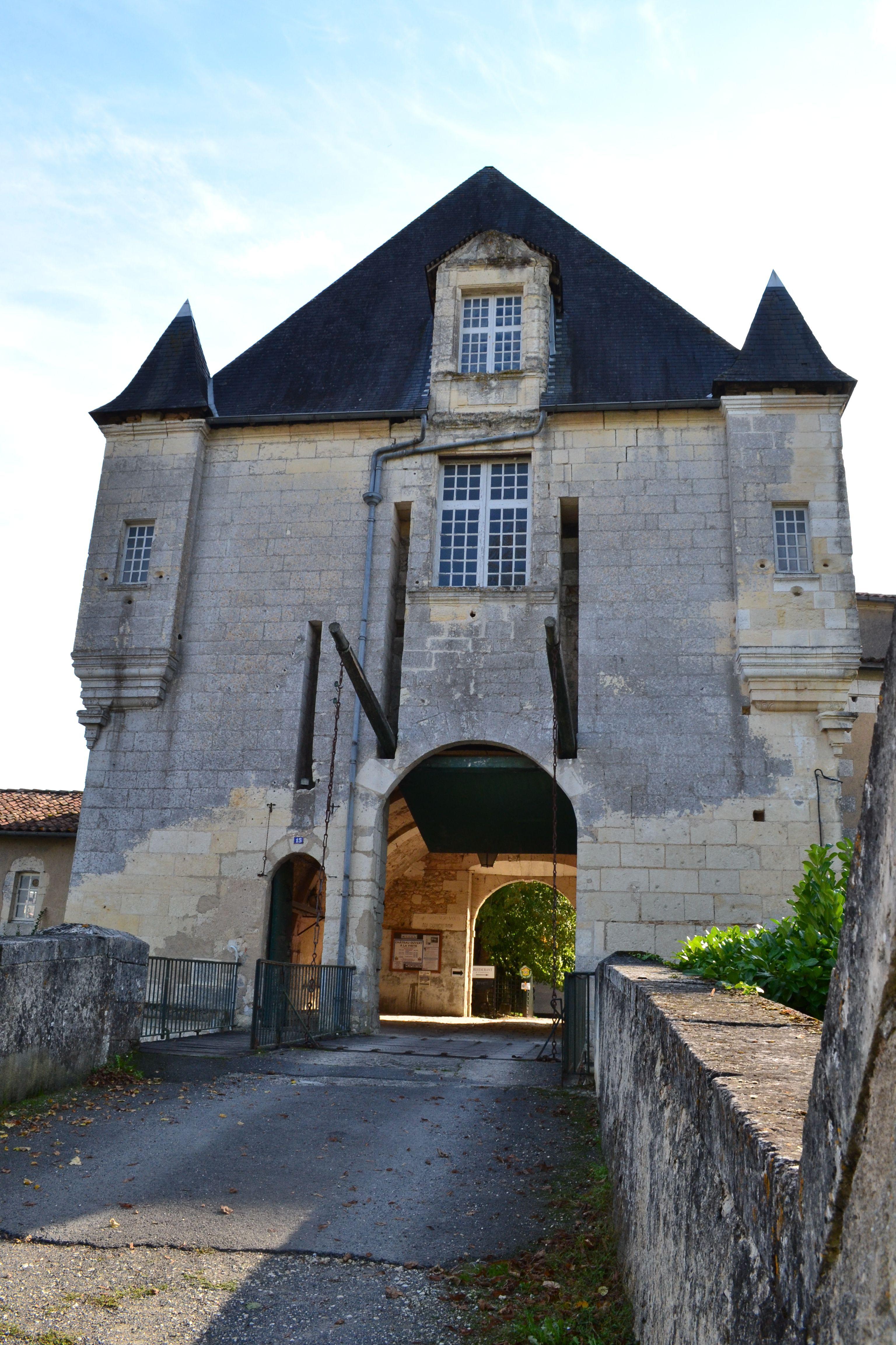 Le Pont Levis Du Chateau De Chalais Gite De France Gite Locations Vacances