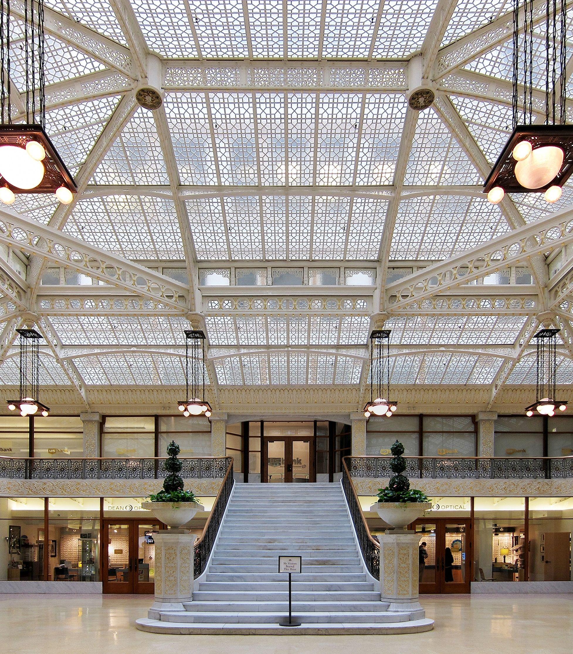 45 b. Hall of Rookery Building (1885-1888) - Burnham & Root. Influencia de los modelos franceses de Au bon Marché o Printemps de París, con pasarelas y escaleras metálicas como las empleadas en los almacenes parisinos. Hay algunos guiños a los modelos de Violett-le-Duc como el modelo de cubierta poliédrica que ofrecía el segundo volumen de los Entretiens.