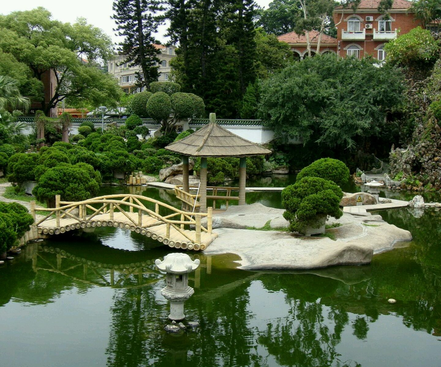 Some Hgtv Remodeling Ideas For Home And Garden: Stunning Japanese Garden  Design Feat Small Outdoor Patio With Umbrella Ideas ~ Rudedogdesign.