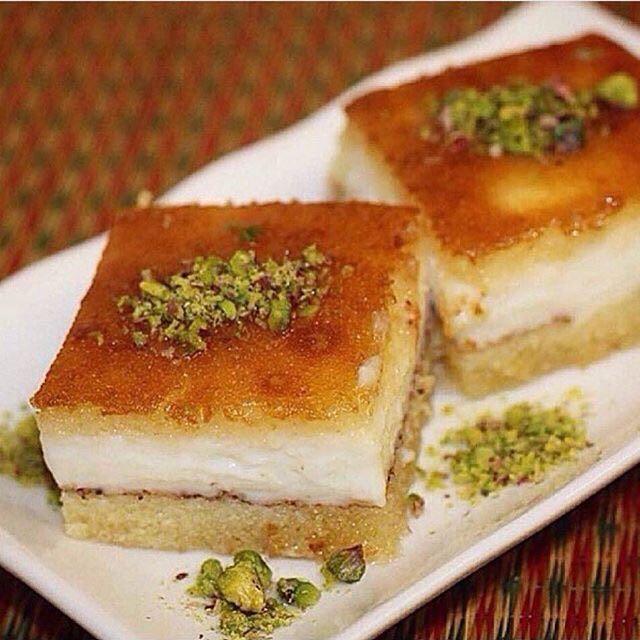 بسبوسه محشية بالقشطة المقادير بيضتين نص كاس سكر نص كاس زيت علبة قشطه كاس سميد ناعم Middle Eastern Desserts Middle Eastern Food Desserts Desserts
