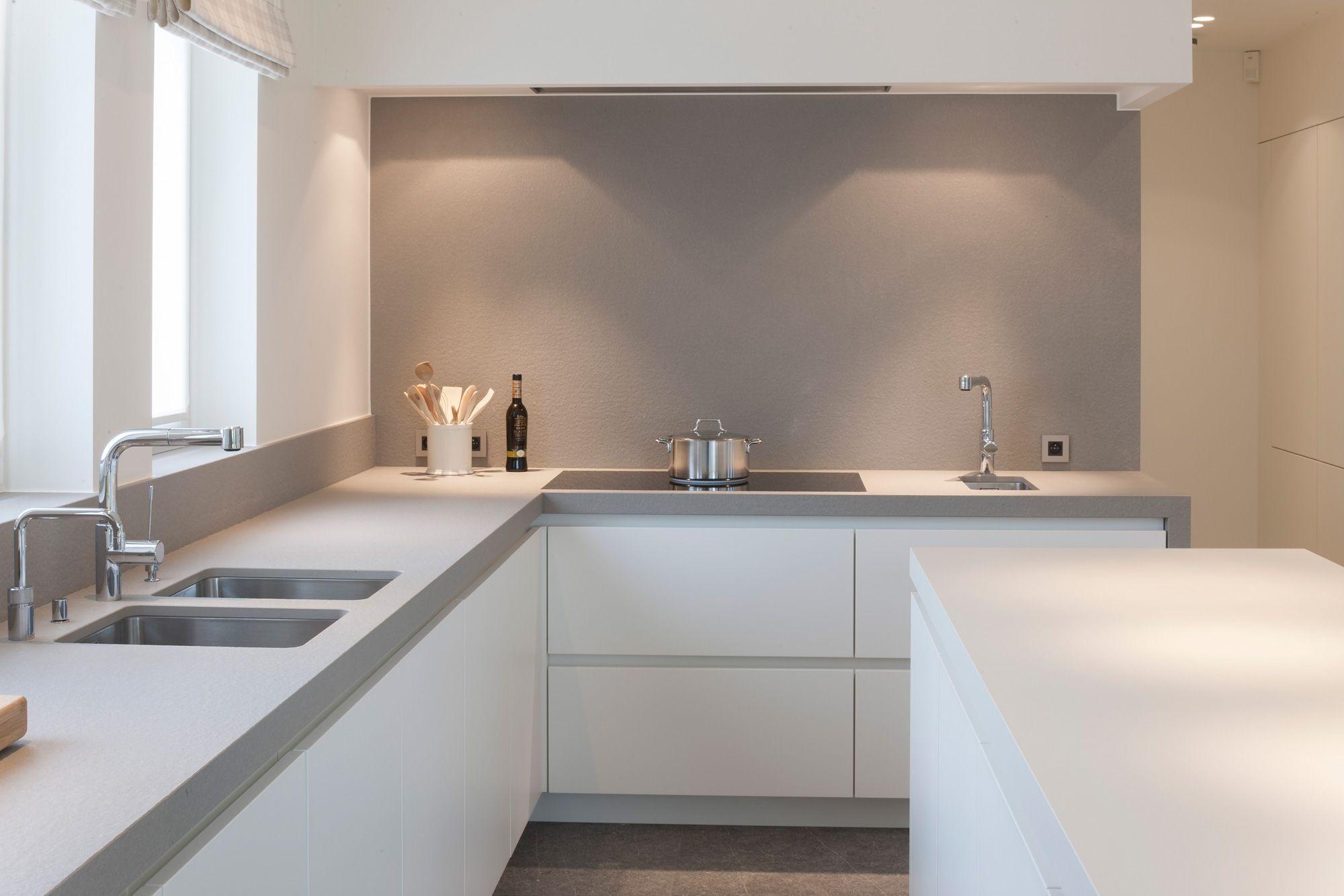 Credence Et Plan En Gris Leger Sur Cuisine Blanche Kuchendesign Kuche Und Kuchen Design