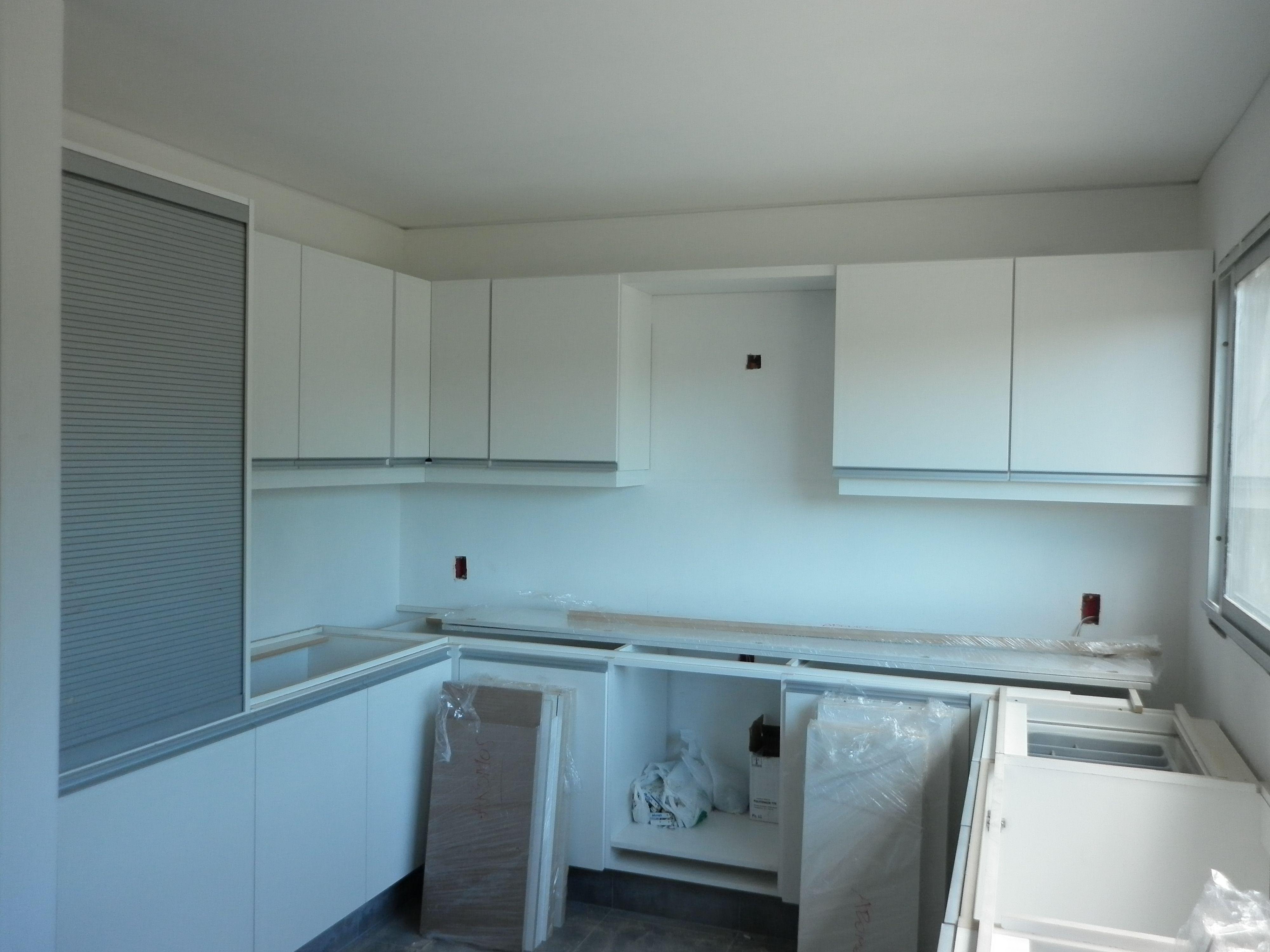 Grupo3 carlos cocina en proceso muebles blancos con for Ventanas de aluminio para cocina