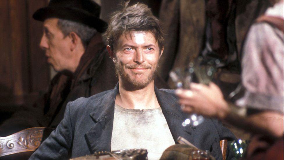 Baal (1982)   En 1982, Bowie a joué dans cette production de la BBC inspirée de la pièce de Bertolt Brecht de 1918 qui raconte la vie d'un poète et génie païen. En plus de son rôle, il a également sorti un EP pour coïncider avec la sortie du film. (Movie : YouTube)