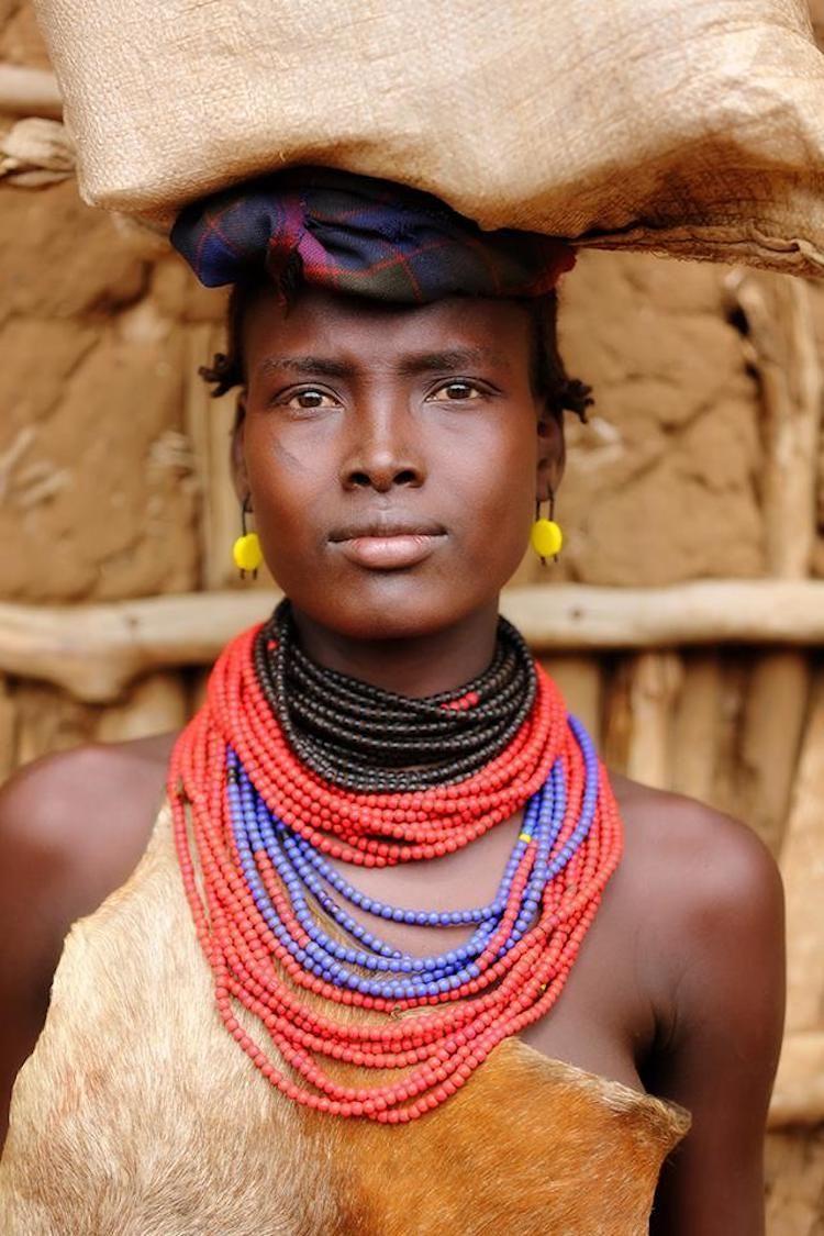 Diversità e uguaglianze nei volti delle tribù più remote nelle foto di Alexander Khimushin
