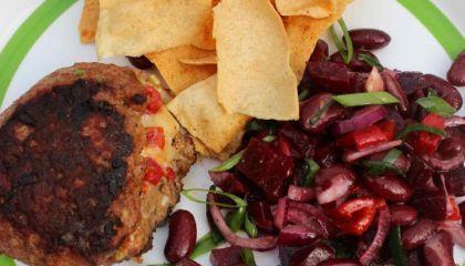 Jalapeno-cheddarburgers met zelfgemaakte tortilla chips